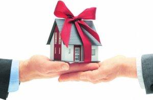 Дарение - сделка безвозмездная, это одно из главных условий