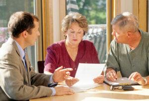 Желание передать квартиру во владение дорогим сердцу внукам, детям или племянниками всегда несколько омрачено поиском наиболее простого и недорогого варианта переоформления недвижимости