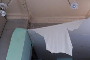 Пример порчи имущества в съемной квартире - пострадал натяжной потолок