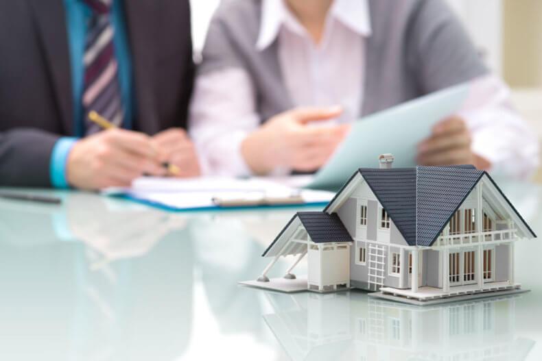 Регистрируется сделка дарения по желанию сторон, но переход права собственности должен быть зарегистрирован обязательно