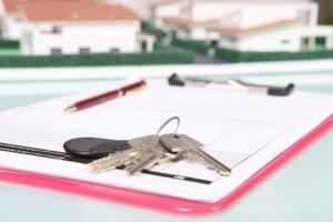 По закону нежилое имущество должно облагаться налогом, плата за коммунальные услуги для таких помещений начисляется по отдельным тарифам