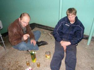 Очень часто жильцам всего подъезда нет покоя от соседей, которые злоупотребляют спиртным