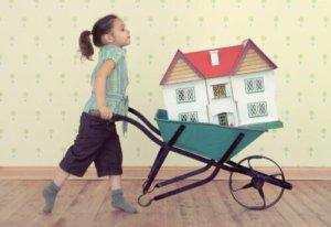 Сделка по продаже квартиры, в которой прописан несовершеннолетний ребенок, может быть признана недействительной в судебном порядке