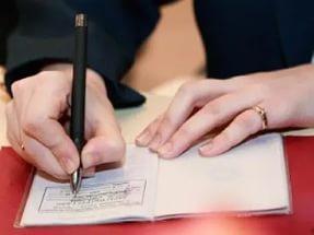 После снятия с регистрации гражданин получает паспорт с соответствующим штампом и листок убытия в двух экземплярах