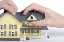 Серьезные проблемы также могут возникать при выделе доли в частном доме, решаются они обычно выкупом дополнительной площади одним из владельцев