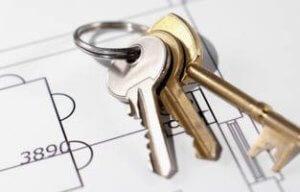 Если по закону выписать совладельца дома не получится, то выходом может стать продажа дома и раздел имущества на долевом основании
