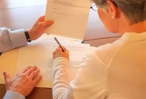 В пакет документов на продажу половины квартиры входит стандартный перечень документов, кроме того - документы, подтверждающие нежелание совладельцев воспользоваться правом выкупа доли квартиры