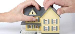 При составлении договора продажи части дома или квартиры желательно воспользоваться услугами опытного нотариуса - он сможет  учесть актуальную законодательную базу сделки