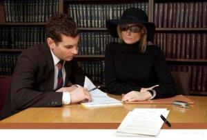 После смерти близкого человека родственники должны обратиться к нотариусу с заявлением о вступлении в наследство