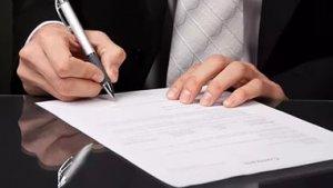 Заполнять договор аренды рекомендуется грамотно, не допуская описок и шибок, их наличие может дать возможность преступных действий одной из сторон