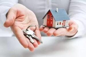 Решение о продаже квартиры по доверенности может быть принято только после тщательного изучения всех рисков, которые могут возникать в процессе оформления документов