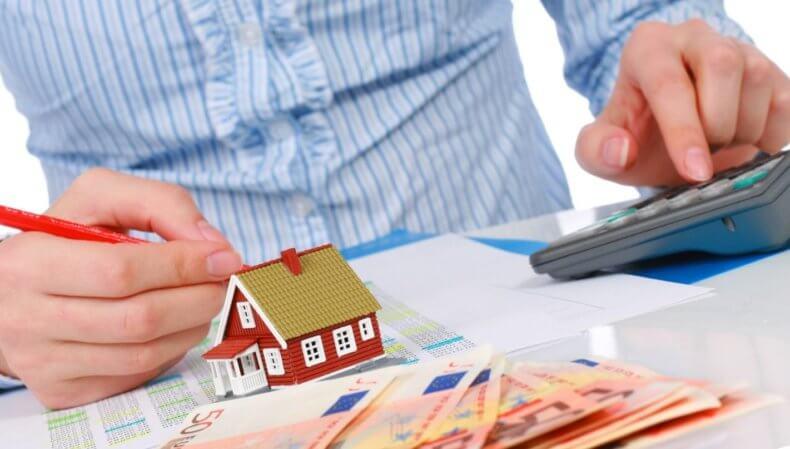При расчете квартплаты берутся данные счетчиков или же она рассчитывается по тарифам, с учетом количества квартирантов, проживающих в квартире