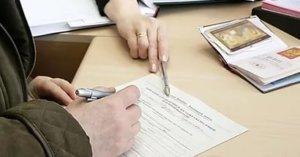 После смерти владельца квартиры право на собственность передается родственникам в порядке унаследования или по завещанию