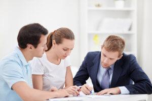 В случае приобретения квартиры, первым документом на владение нею будет договор купли продажи и акт передачи-приемки, который его сопровождает