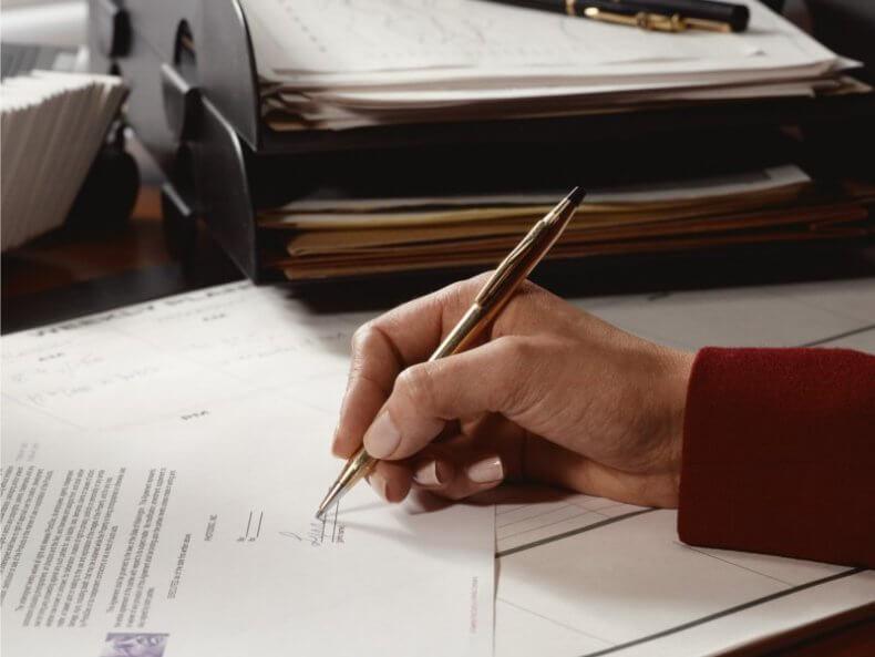 Если квартира находится в ипотеке, а ее владелец, т.е. заемщик, умер, то проблемы возникнут и у банка, предоставившего кредит, и у созаемщиков