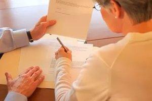 Важный момент - если продавец квартиры состоит в браке, то должно быть предоставлено согласие на продажу второго супруга