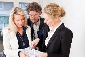 Проводят сделку купли продажи в присутствии всех лиц, указанных в сделке