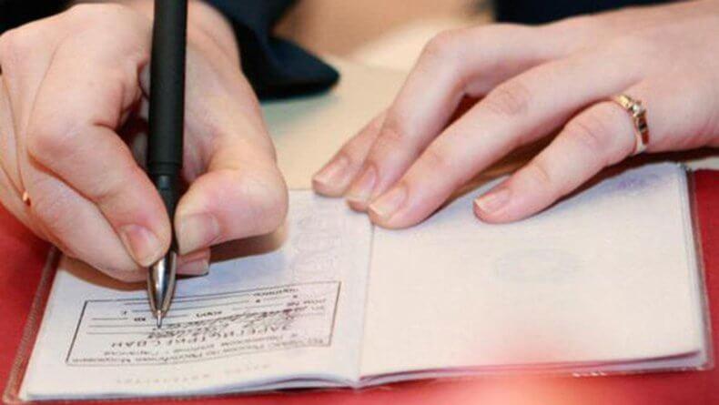 Регистрация может быть произведена как на сосбтвенной жилплощади, так и на чужой, при условии согласия ее владельцев