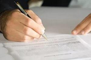 Процесс вступления в наследство происходит в определенной очередности, контроль над правильностью проведения процедуры производит нотариус