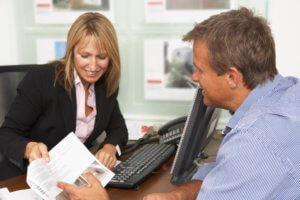 Комиссионную плату риэлторы как правило изымают или из владельцев жилья, или из лиц, арендующих жилье, в зависимости от обстоятельств