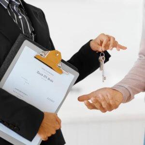 Перед заключением сделки следует убедиться, что арендодатель в самом деле является собственником объекта и имеет право распоряжаться ним