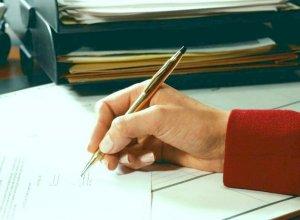 С пакетом подготовленных документов потребуется обратиться к нотариусу в оговоренный законом срок