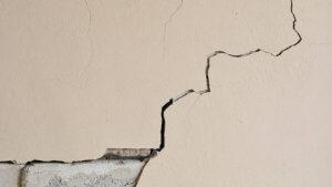 Виды трещин в стене панельного дома