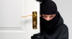 Преступник проникает в квартиру