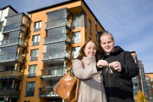 Молодая пара покупает квартиру