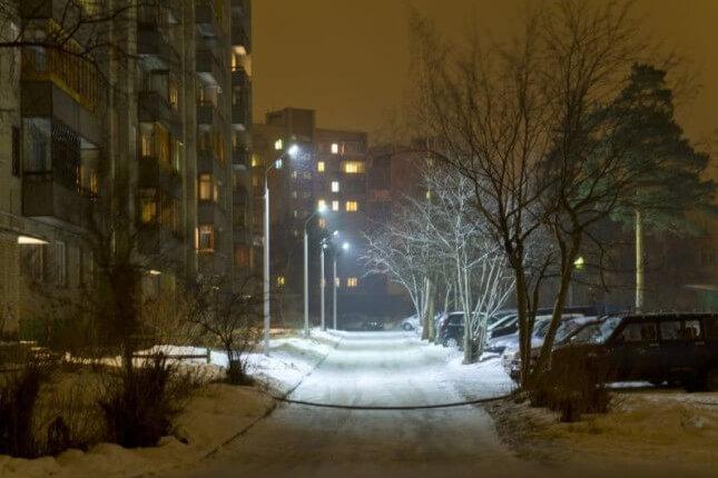 Освещение придомовой территории многоквартирного дома — закон и правовые особенности в РФ